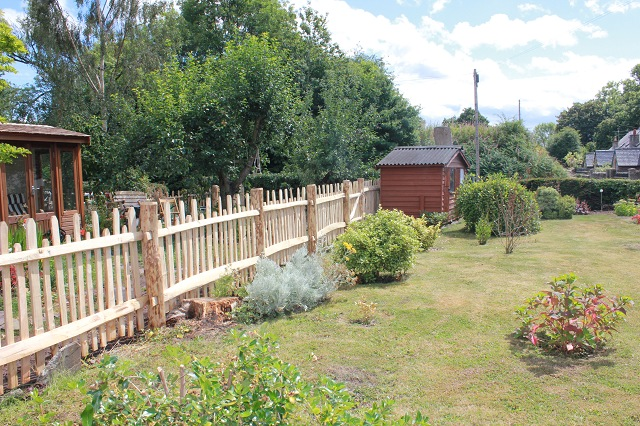 Staggered height cleft Chestnut m/f rustic picket fencing