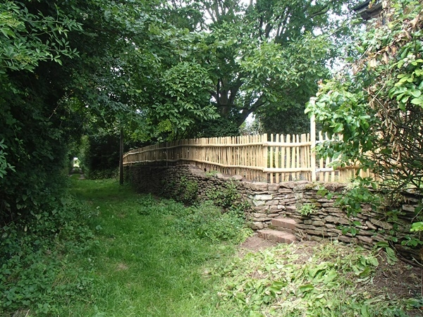 Rustic Cleft Chestnut picket fencing